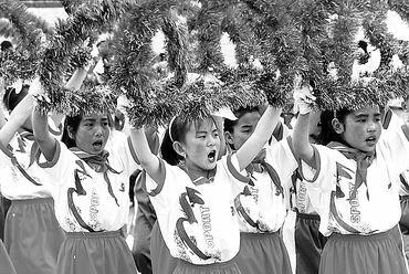 """内蒙古兴和县东梁小学欢度""""六一""""国际儿童节,孩子们舞动着花环,庆祝"""