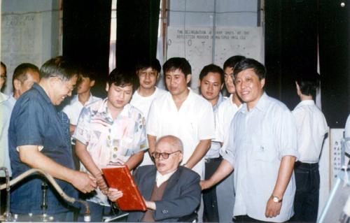 两弹一星元勋王淦昌院士参观马祖光领导的光电子实验室