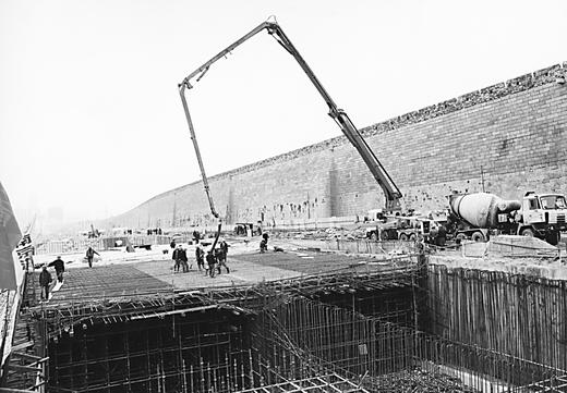 南京/在南京古城墙下,赛虹桥枢纽工程进入冲刺阶段。