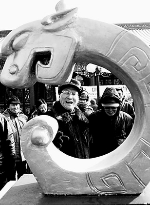 欣赏 生肖/1月24日,两位老人在兴致勃勃地欣赏生肖龙的雕塑。