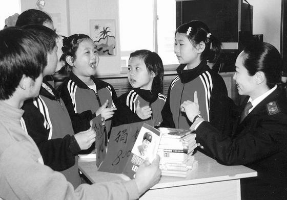 山东省济南市聋哑学校的特困生曹琳(右4)最近高兴地接到来自市国