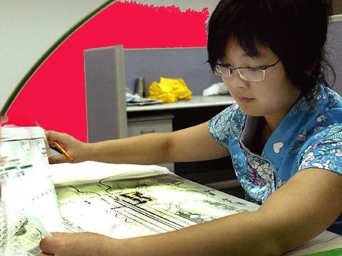 杭州园林设计院的景观设计师正在对设计图纸进行修改.