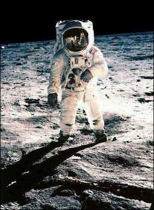 朗是人类历史上第一个登上月球的人-登月第一人阿姆斯特朗终于出版