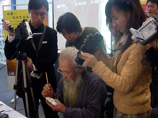 民间传统手工艺现场制作,吸引了很多青年人驻足围观,纷纷拿起dv和相机
