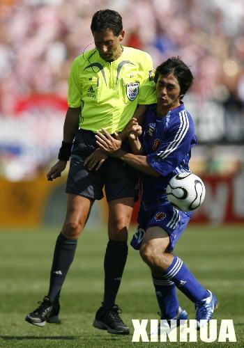6月18日,日本队球员玉田圭司(右)在带球突破时与裁判撞到了...