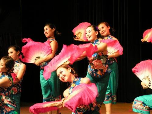 春东北风二人转_东北风艺术团演出形式多样,采用歌曲,舞蹈,二人转,杂技,魔术,绝活等多