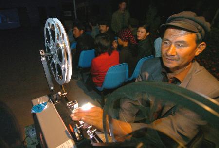 阿布都热合曼托乎提(前)在给电影放映电影(10月1老村民美女电影图片