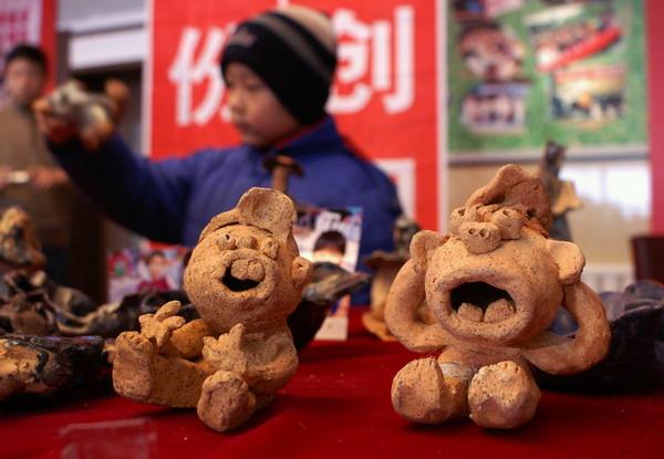 12月16日,孩子在参观儿童陶艺作品.