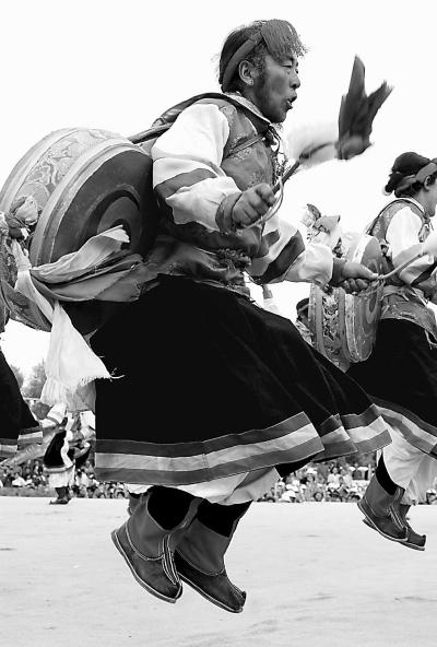 西藏农民展示传统文化