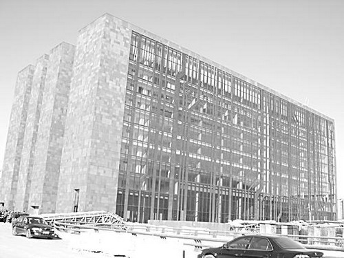 整栋建筑以灰色为主,外立面酷似集成电路板