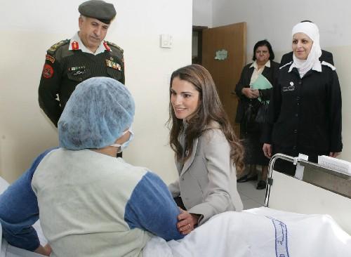左三/1月21日,约旦王后拉妮娅(左三)看望正在约旦首都安曼接受治疗的...