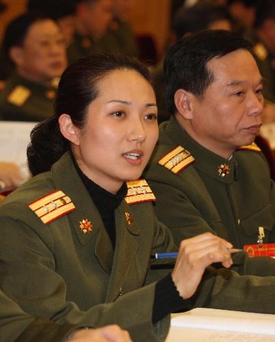 这是全国人大代表,广州军区装备部指挥自动化工作站站长李俊在发言.