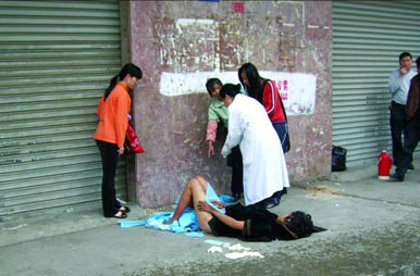 昨天上午10时许,在东莞长安镇厦岗社区入口处,一名流浪女子当街