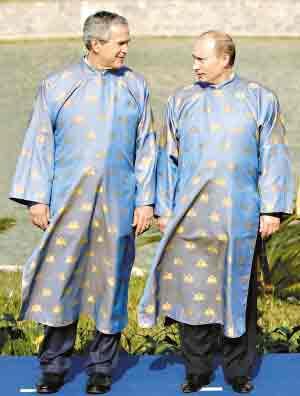 布什与普京身穿越南传统服饰一起参加APEC会议.-布什普京约定