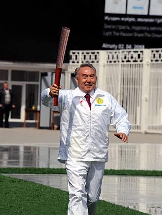 哈萨克斯坦总统传递北京奥运火炬图片