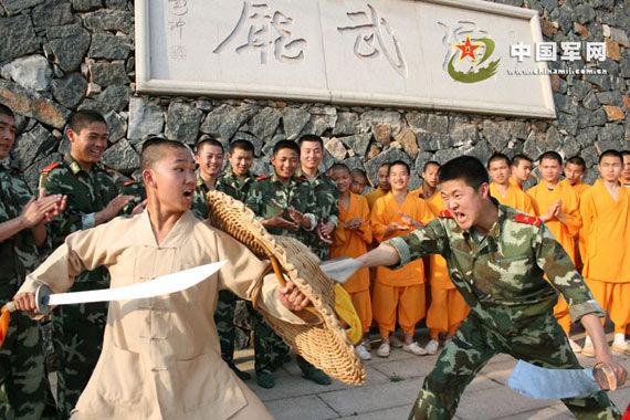 """图为武警战士与少林武僧""""切磋""""功夫的情景.张九强摄-武警部队与图片"""