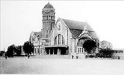 北京/建于1915年的北京双合盛啤酒厂麦芽楼被拆毁前最后的照片。(...