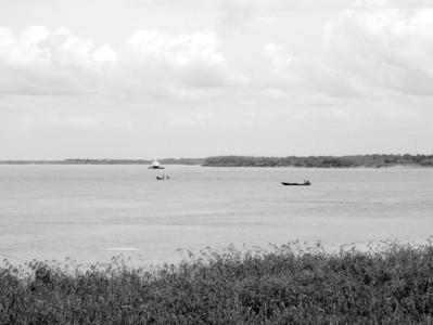 """站在黑龙江旁远眺黑瞎子岛,江面上中国渔船和俄罗斯的炮艇成为一道"""""""