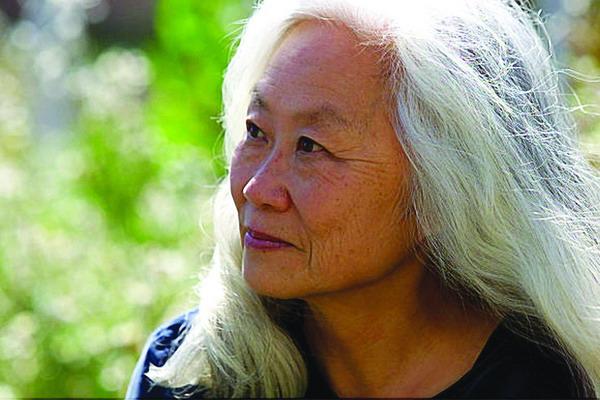 2008年度美国国家图书奖的杰出文学贡献奖。 最早将贝克特和品特介绍给美国读者的著名出版商巴尼罗塞特(Barney Rosset),获得了另一项终身成就奖杰出文学服务奖。颁奖典礼将于11月19日在纽约举行。 汤女士的作品,多以中国移民或移民后代的视角,描写他们在异国的奋斗历程。其成名作《中国佬》(China Men,1980)曾于1981年获颁国家图书奖的小说奖,另一部回忆录《女勇士》(The Woman Warrior,1976)亦为她赢得了全国书评家协会的非小说奖。这两本书在中国国内均有出版。 1