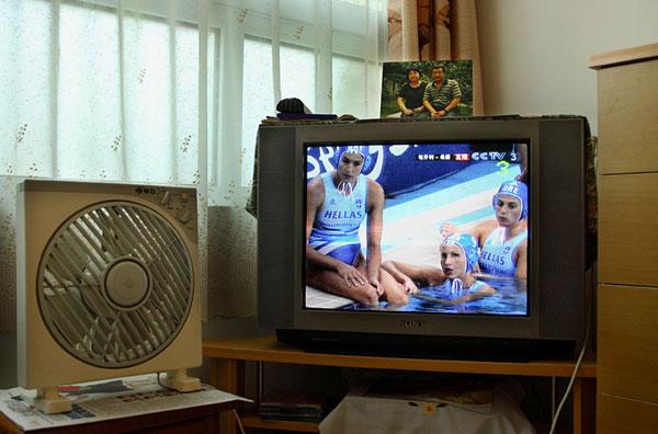 10-06:北京一户人家的电视里,来自希腊的运动员正参加奥运会水球...