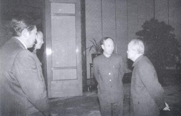 1985年胡乔木与光明日报总编辑杜导正等谈话