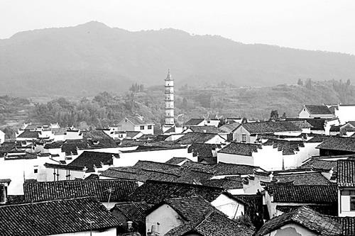 停留在新叶村前些年的水平上:拼命盖新房。他说。 新叶村是一个完美和完整的典型 新叶村位于建德市西南大慈岩镇,始建于南宋嘉定十二年(公元1219年),至今已有800余年的历史,是浙江省内保存最完整的古代血缘聚落建筑群之一,为叶姓家族聚居建筑群。从建村开始,一直没有间断地保持着血缘的聚落,繁衍成为巨大的宗族村落。新叶村村落的格局有规划、建筑质量好、建筑类型多、发育程度高,现存有明清古建筑200多幢,包括塔、阁、祠、庙、桥、堂、厅、民居等类型。 1989年,清华大学建筑学院陈志华、楼庆西、李秋香教授带着学生在新