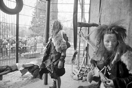11月27日,波兰华沙动物园猴子笼,一名18岁的女子和一名24岁的男子志愿