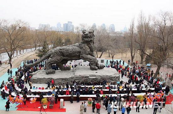 光明网    当日,北京动物园虎年生肖文化节开幕,300名市民在雕塑艺术
