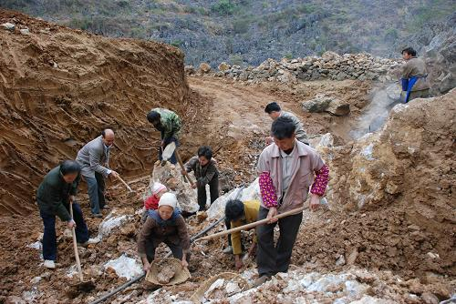 图片为广西东兰县三石镇纳合村村民在村里新发现的一处岩洞地下水汲水
