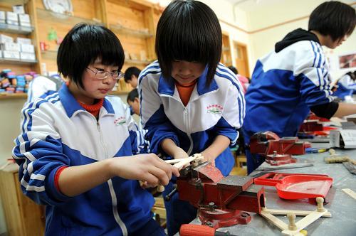 兴济中学的学生在学习制作木工作品