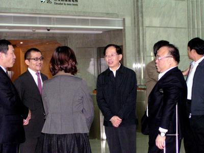 傍晚与大成集团总裁韩家寰(右二)趋车至101造访,登楼前与101