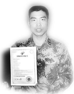 张卫锋展示他的节能环保汽车专利证书.高清图片
