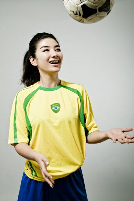 近日,黄奕身穿巴西队球衣拍摄了一组世界杯足球写真,为南非世界杯图片
