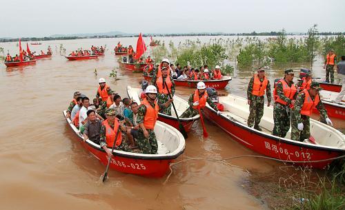 而抚河唱凯堤决堤灾区以及抚河溃堤河段上游地区都处于强降雨区.