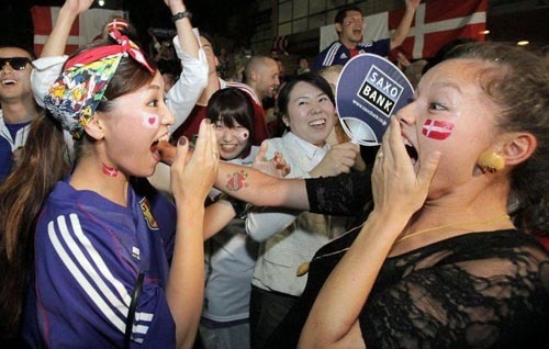 日本美女球迷庆祝晋级