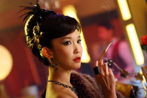 电视剧《金电影》中,范文芳饰演的任黛黛烟不离手.大班剧情晚餐命运图片