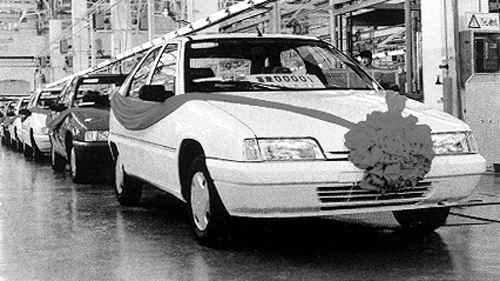 日,朱?基试乘桑塔纳2000型轿车-汽车历史老照片 中国领导人与汽图片