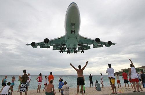世上最诡异海滩 飞机一直在头顶低空飞过